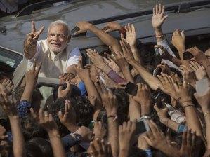 जीतने के बाद दिल्ली मे रोड़ शो करते मोदी